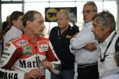 Luca Cadalora (sx): pilota motociclistico, fa il suo esordio nel motociclismo professionistico nel 1984,nel mondiale 125 con una MBA. Nel 1986 passa alla Garelli,dove vince 4 Gran Premi e il mondiale. Nel 1987 passa alla 250 nel team di Giacomo Agostini,alla guida di una Yamaha con cui in 5 anni vince 7 Gran Premi. Passa quindi alla Honda, con cui vince due mondiali consecutivi nel 1991 e 1992, vincendo 15 Gran Premi. Nel 1993 ritorna alla Yamaha con cui disputa tre mondiali nella 500, vincendo 6 Gran Premi arrivando secondo al mondiale del 1994. Gareggia negli anni successivi con Honda, Yamaha, MUZ, Modenas KR3 fino al 2000 quando partecipa al mondiale Superbike con una Ducati.