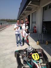 Filippo Verni (dx) e  Andrea Bertolini (sx). BERTOLINI:  pilota automobilistico italiano, collaudatore della Ferrari e pilota della Maserati, nonché 3 volte campione del campionato FIA GT (nel 2006, nel 2008 e nel 2009) e campione del mondo FIA GT1 nel 2010, al volante di una Maserati MC12.  VERNI: dj e co-conduttore radiofonico di Radio Stella.
