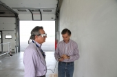Franco Nugnes, direttore di Omnicorse.it, controlla i movimenti saccadici con gli occhiali eye tracking.